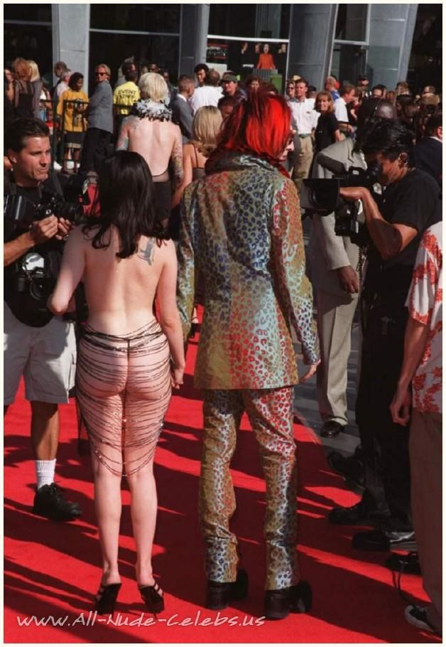 Эротические сцены с роуз макгоуэн, показать как девчонки показывают что уних под юбках